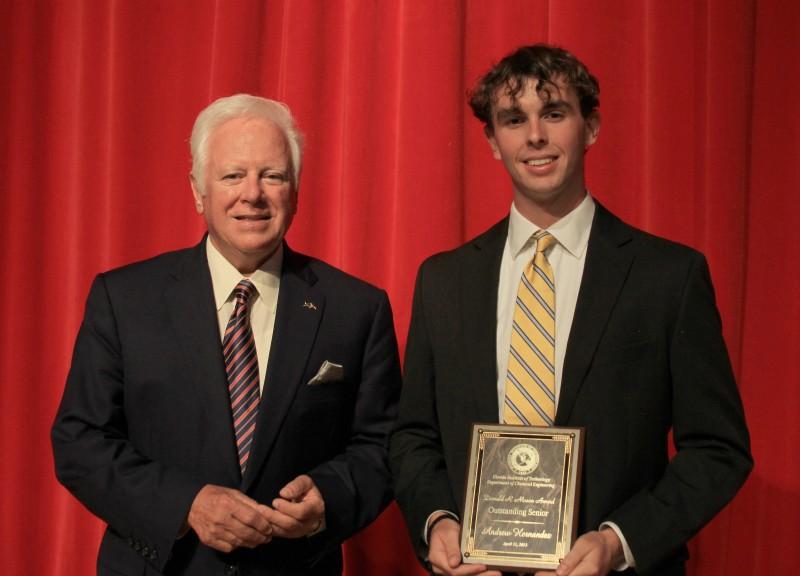 Photo of Farmer Scholar Andrew Hernandez Earns Chemical Engineering Award